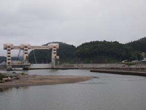 気仙川の水門と二日市館