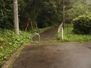 鳴石公園横の山道入口