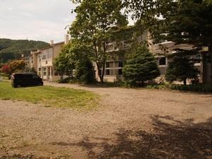 旧五日市小学校(現在は「学校の宿希望の丘」)