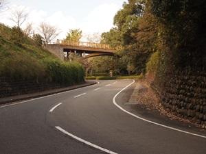 堀切跡を通る車道