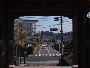 永国寺山門から人吉城を望む